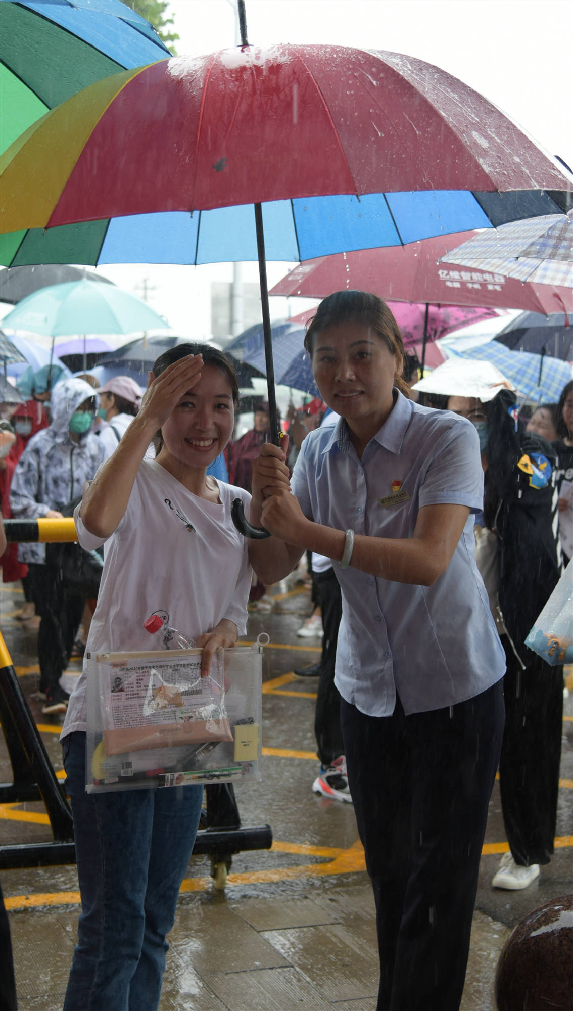 """邮储银行济宁分行雨天为高考学子撑起一片""""晴空"""""""