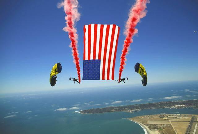 疫情之下美军仍不忘展示国旗,海军跳伞队技能过硬,历史也很悠久