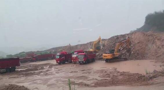 信阳新县一项目工地挖山毁林,每天上百车石料运往它县制砂!