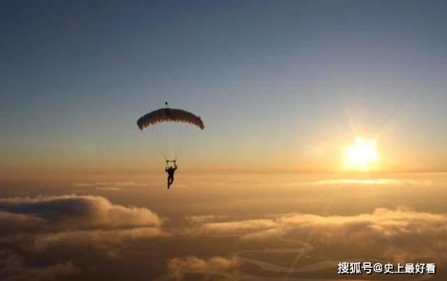 她从4400米高空跳下,降落伞意外故障,最后却是被10万只小生命拯救