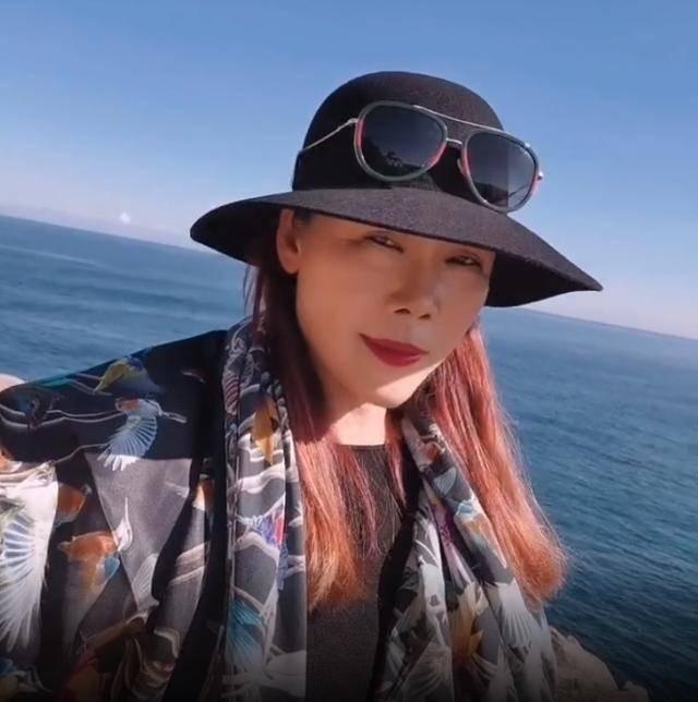 歌手田震晒近照,化浓妆掩饰皱纹,但看脸也是50多岁的!