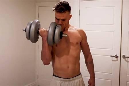 小伙做1个月哑铃臂弯举,手臂围度变化明显,再附上手臂锻炼计划