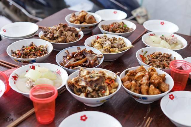 亲戚来陪二伯过生日,二伯母做了9个菜招待,网友:朴实的农家菜