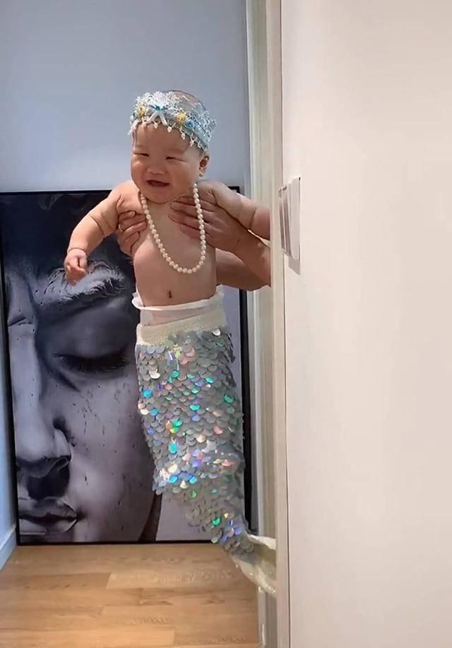 """妈妈将儿子打扮成""""美人鱼"""",珠光宝气的模样萌翻了,网友:人工饲养的"""