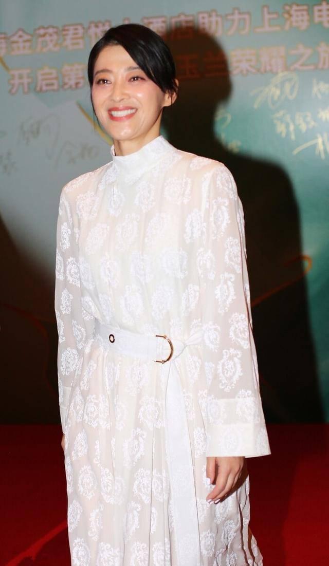 被梅婷惊艳了,一袭白色束腰礼服裙又美又飒,45岁这状态让人羡慕