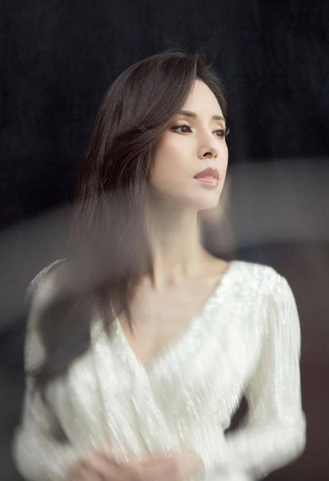 54岁李若彤生日首曝年龄,不结婚是不愿将就,状态依旧能打插图(10)