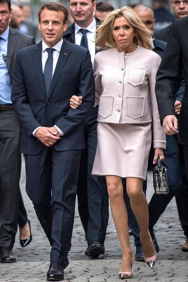 法第一夫人穿减龄职业装,被总统紧搂像少女,却因撩发暴露年龄