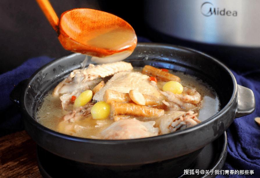 """炖鸡汤,直接焯水是""""外行""""!做好这3步,鸡肉鲜嫩不老,汤更鲜"""