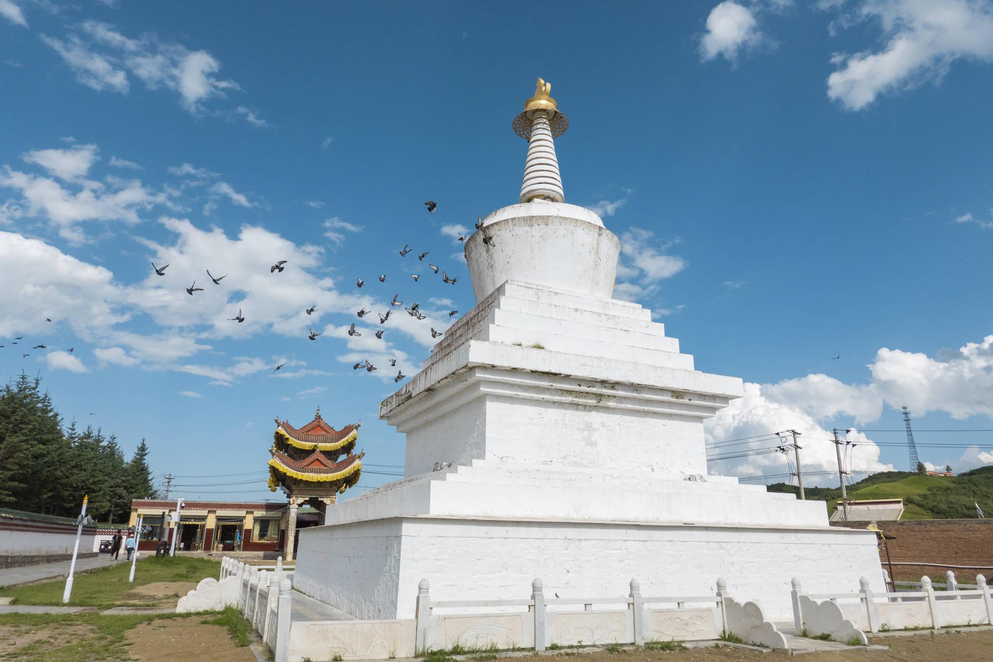 全藏区唯一的九层佛阁,金顶熠熠生辉,雄浑壮观,充满传奇色彩