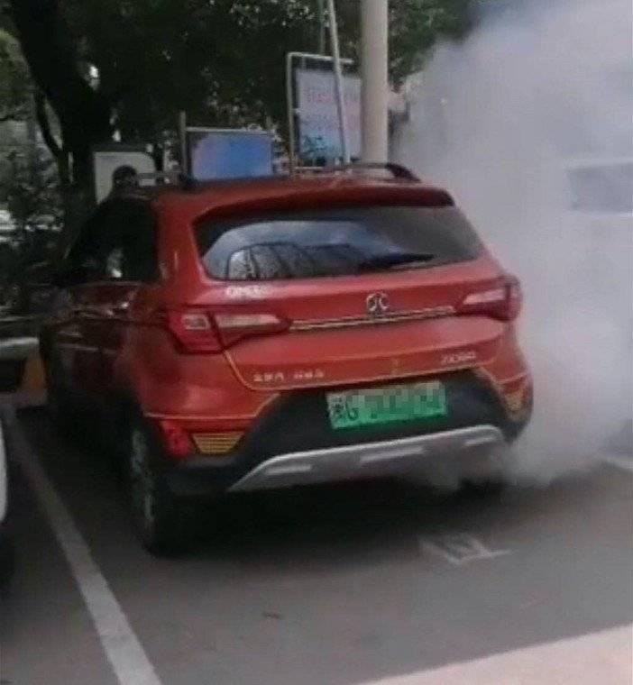 在北汽新能源汽车充电站吸烟后,爆炸车体损坏严重