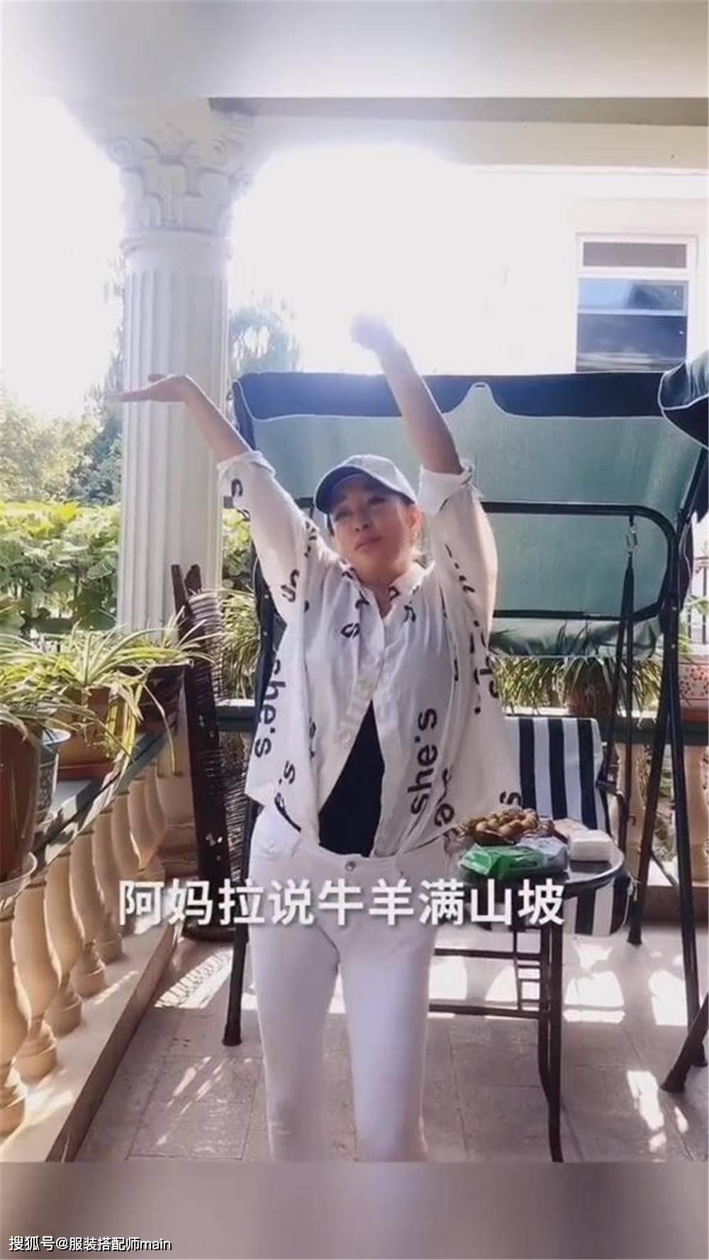 刘晓庆花甲之年衣品仍在线,白衣白裤优雅知性,秀舞姿再现女神范