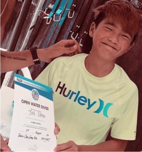 曹格儿子庆生照,12岁曹三丰穿灰T恤笑容灿烂,简直是爸爸翻版