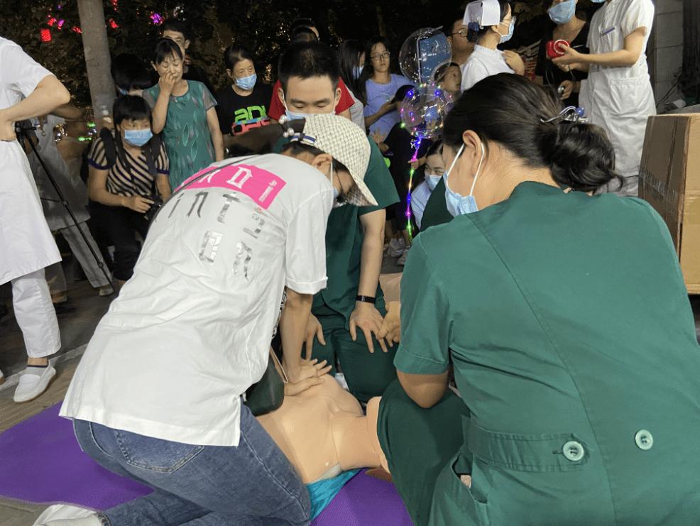 河北医科大学第一医院护士:我们在夜市摆地摊教急救知识