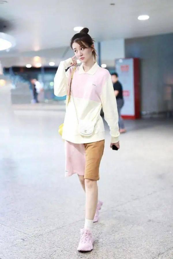 原创姚晨真的太会保养了,穿粉色T恤配运动短裤,40岁身材太完美