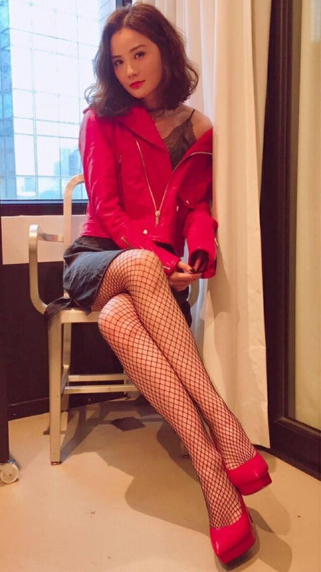原创阿Sa终于把自己穿俗气,红色皮衣配渔网袜你细品,全靠气质在撑