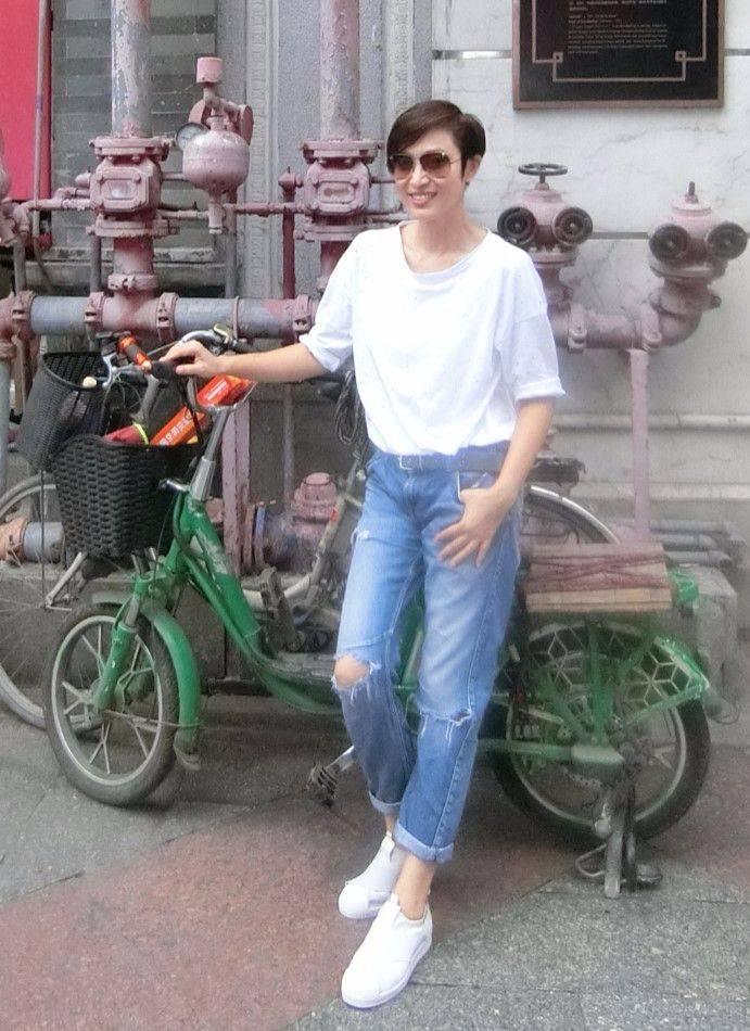 原创真美人都不容易显老,陈法蓉都53岁了,打扮时髦状态很年轻!