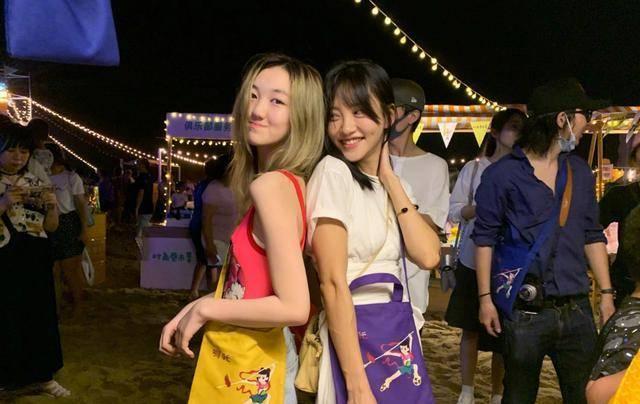 李亚鹏14岁女儿李嫣打扮过于成熟,引网友热议: