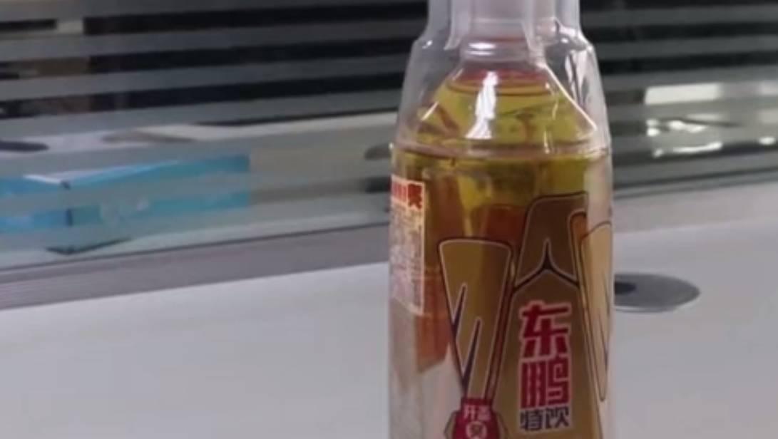 """这款饮料模仿红牛很受欢迎。""""现在是红"""