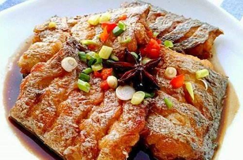 """""""九州国际app下载"""" 家常红烧带鱼 这样做比力入味 出锅装盘后 汤浓鱼香 很是好吃"""