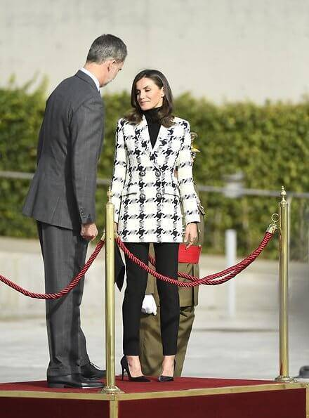 西班牙王后穿衣失手!小香风外套穿出五五分身材,好几缕白发晃眼