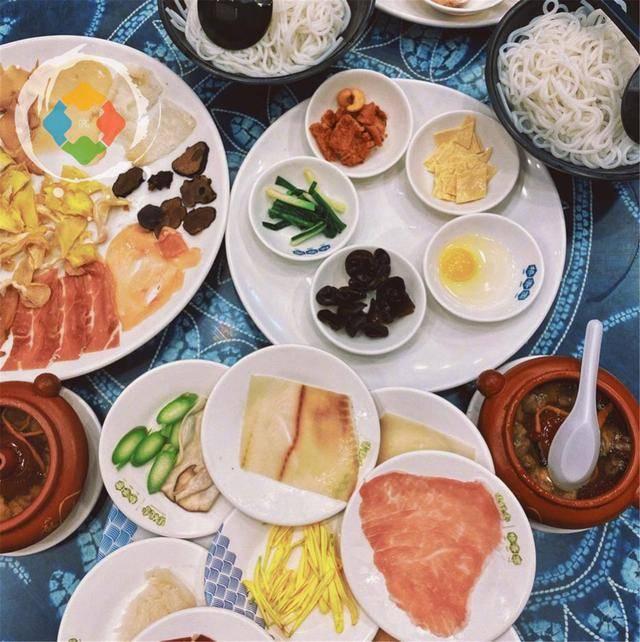 云南美食攻略:吃野生菌火锅要先喝汤,烤饵块比煎饼果子还要丰富