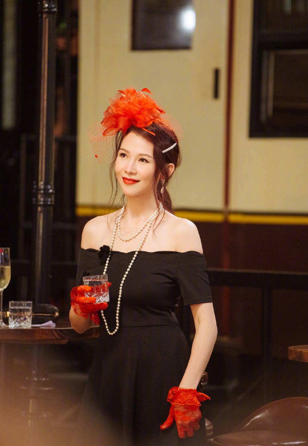 不愧是港姐季军,蔡少芬露肩连衣裙配红色礼帽,优雅得像复古名媛