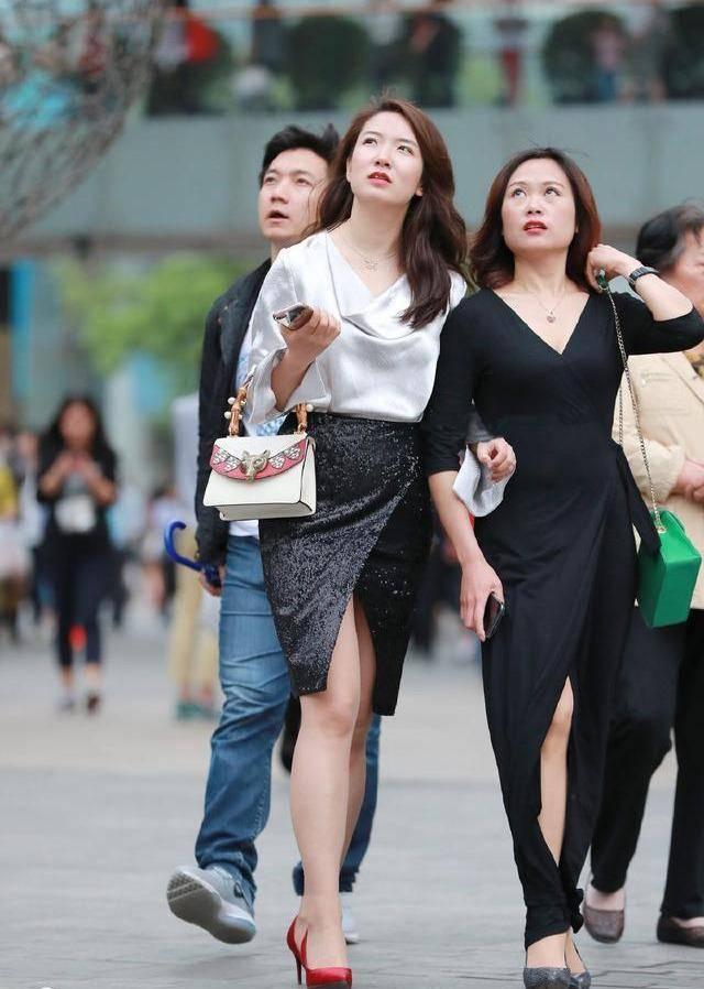 美女街拍:阿姨选择时尚开叉裙,魅力一点不输年轻人