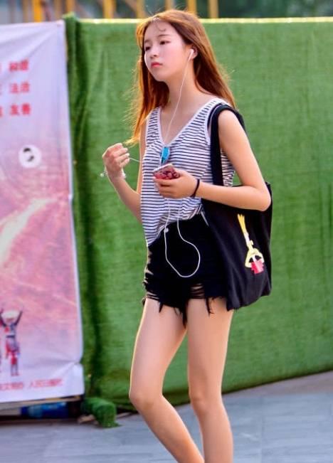 街拍美女:小姐姐穿搭时尚,发型也很有个性,忍不住多看两眼