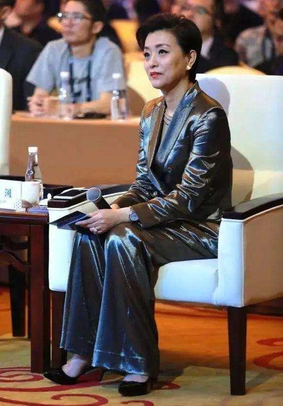 原创             杨澜52岁状态真实,脸上有皱纹气色蜡黄,染发赶时髦也挡不住老!