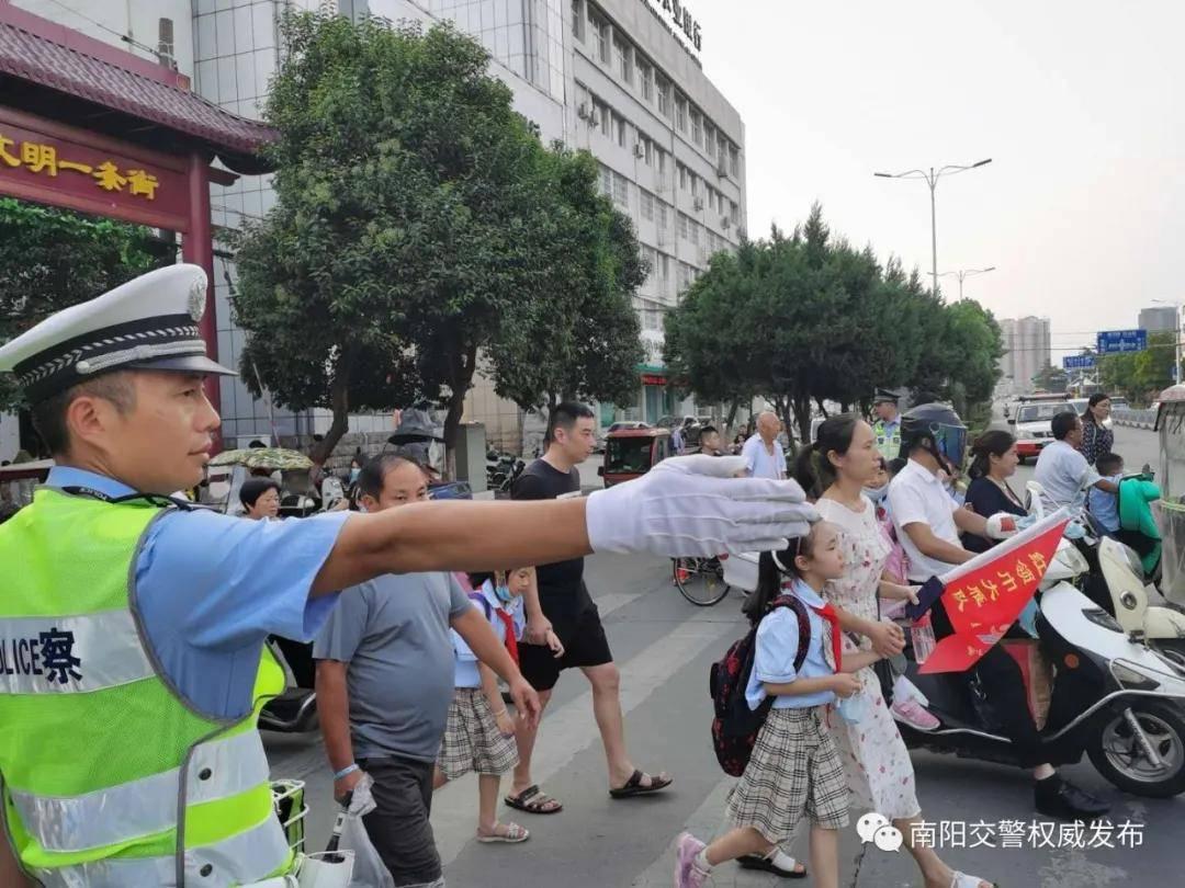 <strong>南阳交警:让文明交通成为大都市风景线</strong>