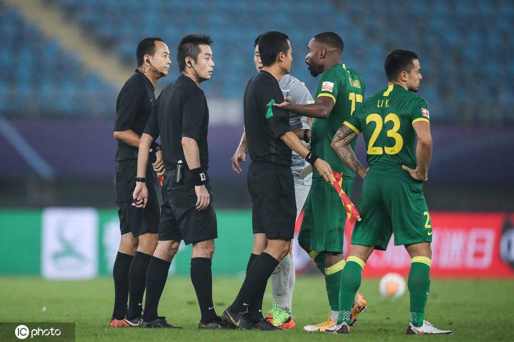 押注世界杯:赛后,北京国安队员围着裁判金敬远说,李珂情绪非常激动