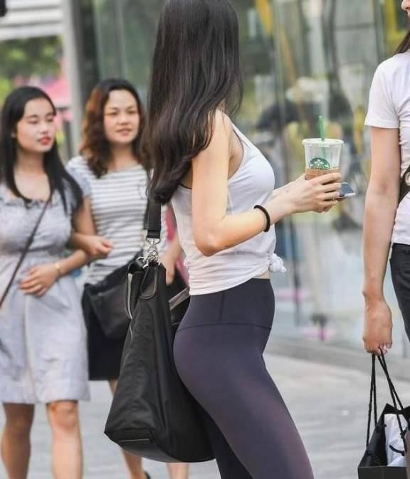 街拍:紧身裤的玉人,个人化、时髦、老