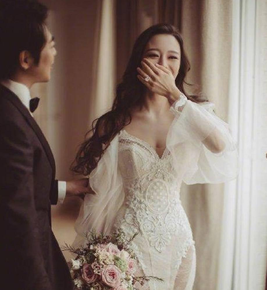 11选五吉林:不外除了这套婚礼造型吉娜另有一套中国传统的旗袍造型 吉娜身材被蔡少芬羡慕