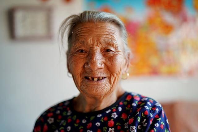 乡村游遇吃低保老奶奶,抚养孙子长大当兵,现在粗茶淡饭自己生活