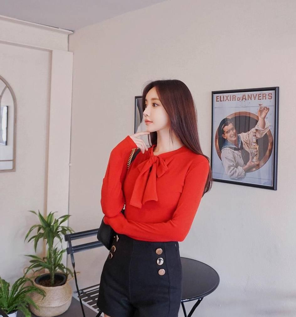 大红色的打底衫,一种时尚妩媚的气息,绽放优雅的女人味
