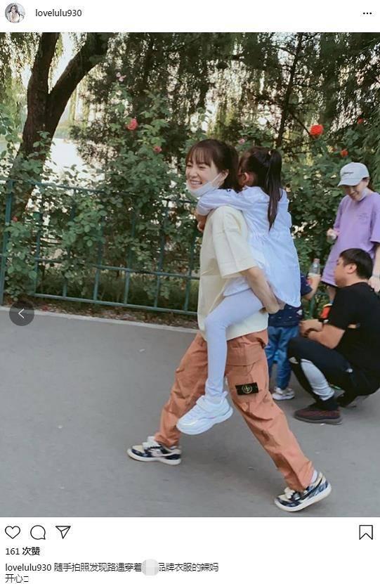 李小璐背着女儿一脸甜笑 8岁甜馨大长腿抢镜长高不少