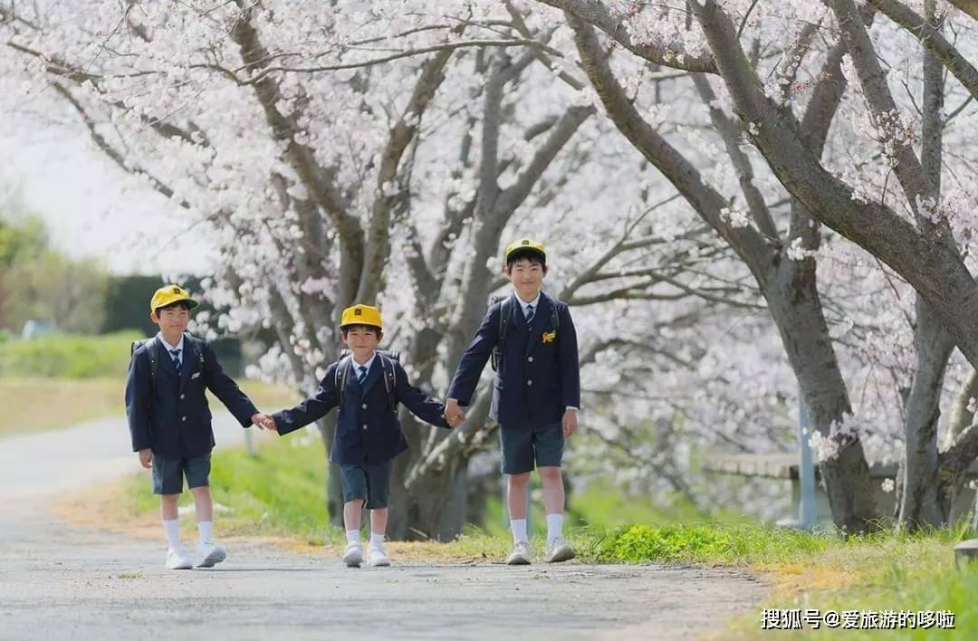 四川警方通報老人街頭疑似拐騙小孩:嫌疑人被帶回