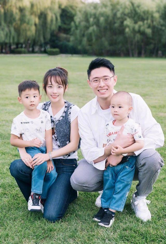 张嘉倪为大儿子庆生,一家4口幸运满满,买超看妻子的眼神绝了!(图3)