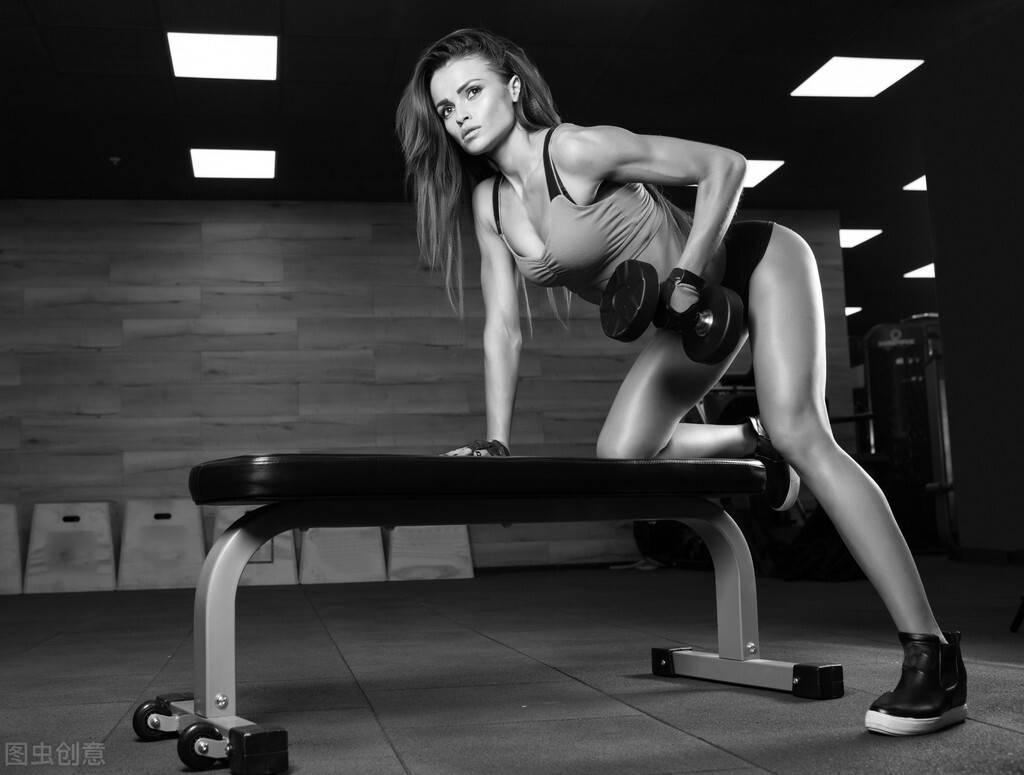 长期撸铁训练的女孩,身材曲线会变得多迷人?