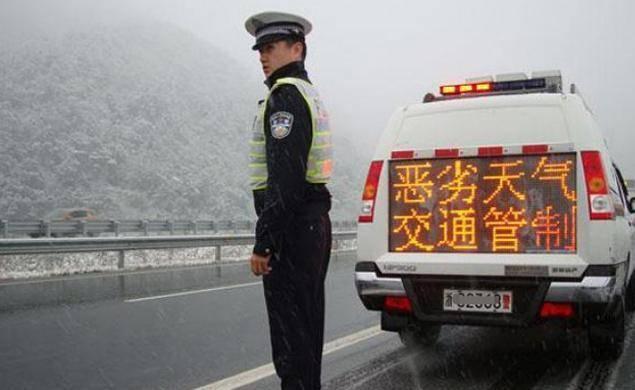 高速上开车遇到大暴雨怎么办?专家提醒:保命要靠这3招!