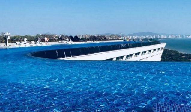 """英国设计师筹建""""无边泳池"""",在220米高空上,但游泳者如何进?"""