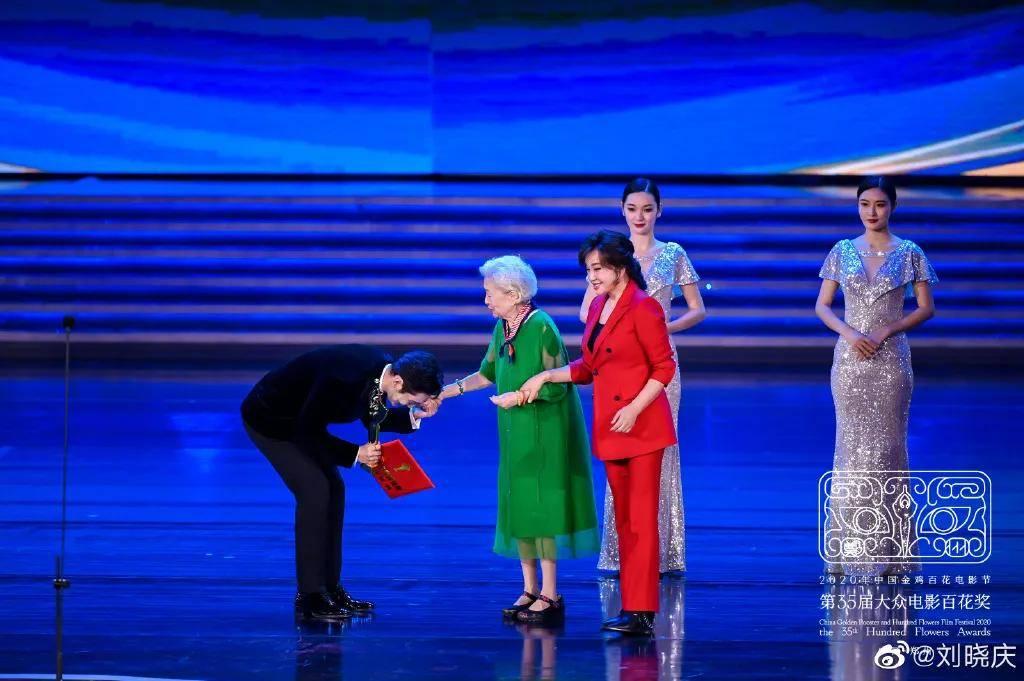 """刘晓庆""""逆龄""""现身颁奖,谦卑表白观众,一个角色"""