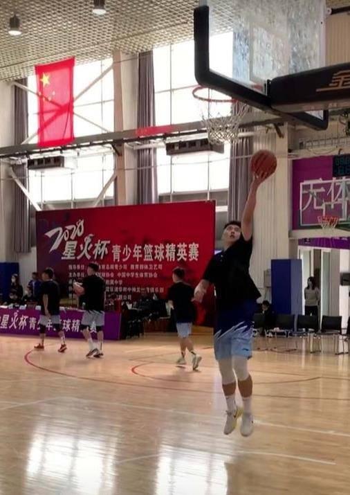 山东青年队以35分的优势拿下广东青年队 姚明带着马布里上场 祝铭震出场