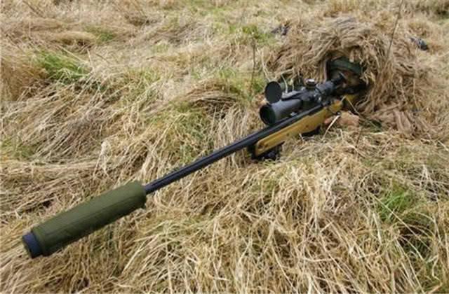 狙击手扣动扳机前,为何要先退掉一发子弹?