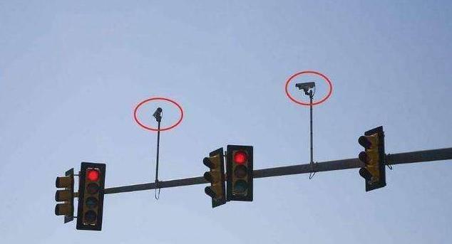 为什么开车通过摄像头时总会闪?老司机