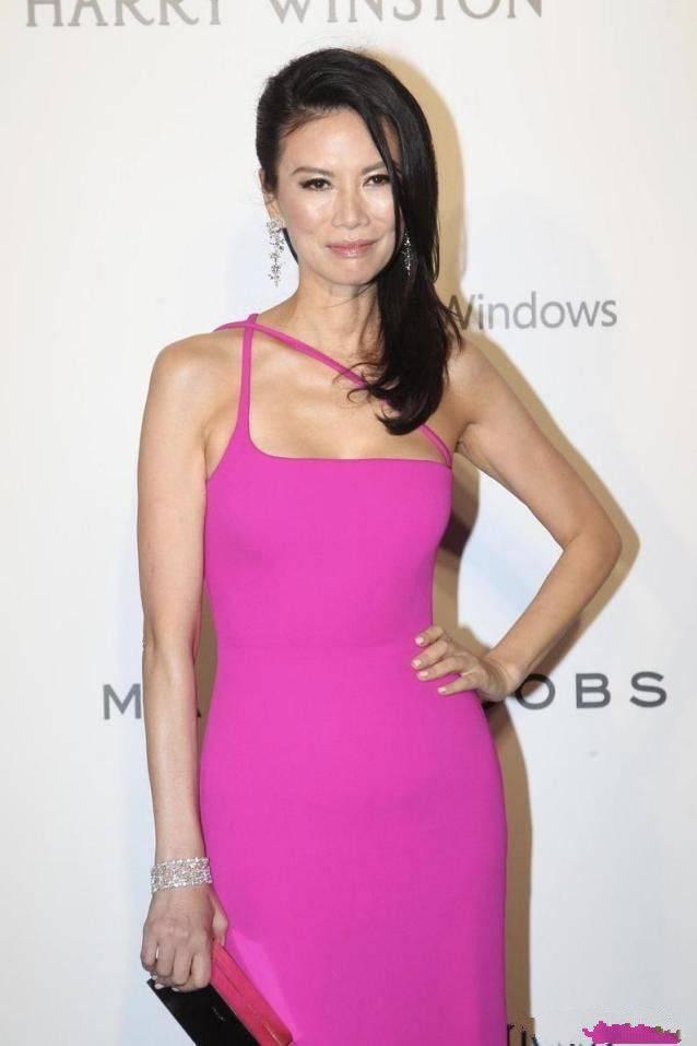 51岁的邓文迪脸上有明显的皱纹 但她并没