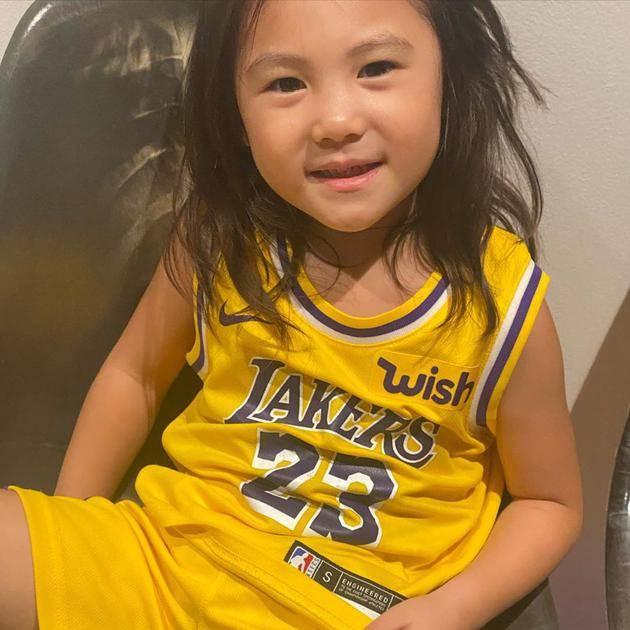 陈冠希带着女儿打电话给湖人队 她的女儿穿着运动衫 看起来柔软可爱