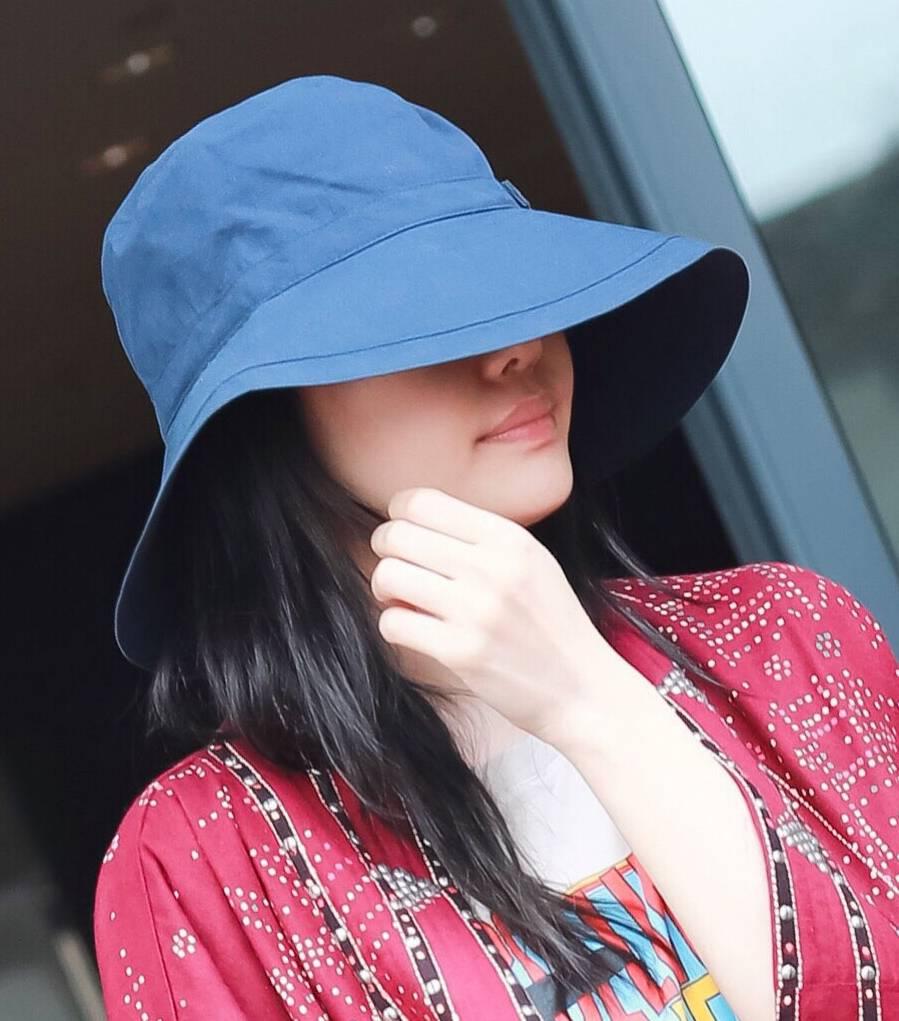 白百合渔夫帽遮脸 红色长风衣抢镜 网友:出大声势