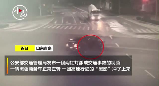 """速度快到模糊,无牌无证摩托闯红灯将商务车撞成""""重伤"""""""