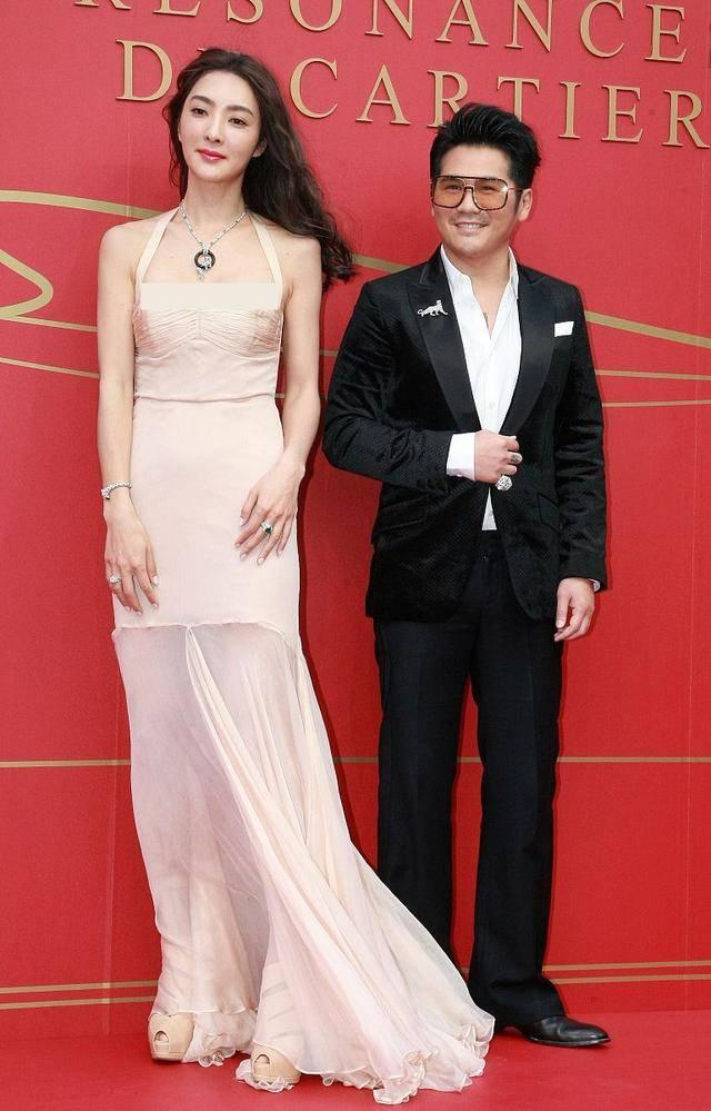 曹格夫妇一起健身,撸起袖子秀肌肉,41岁吴速玲穿背心身材像超模